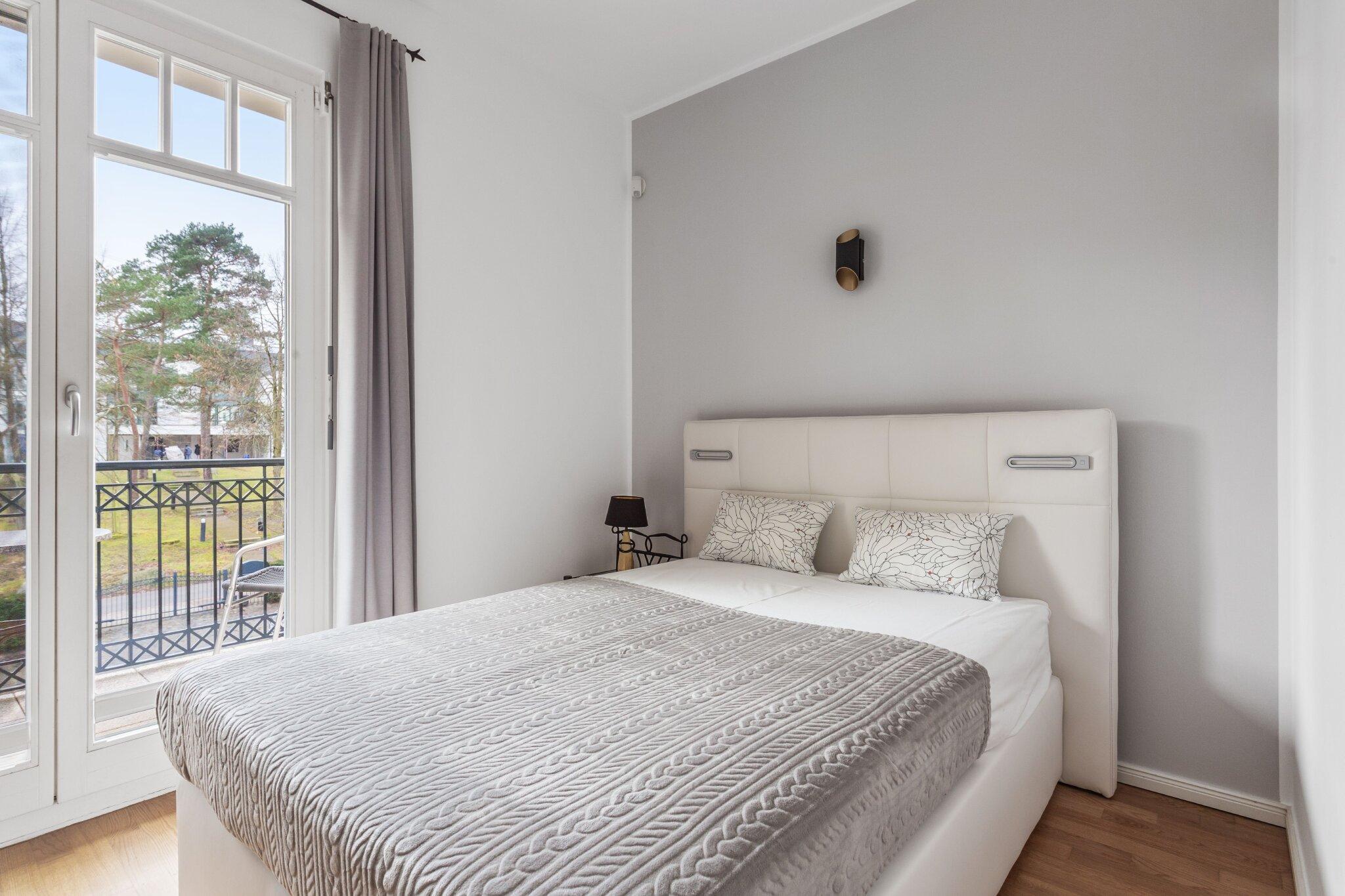 Ruheraum mit Zugang zum Schwimmbad
