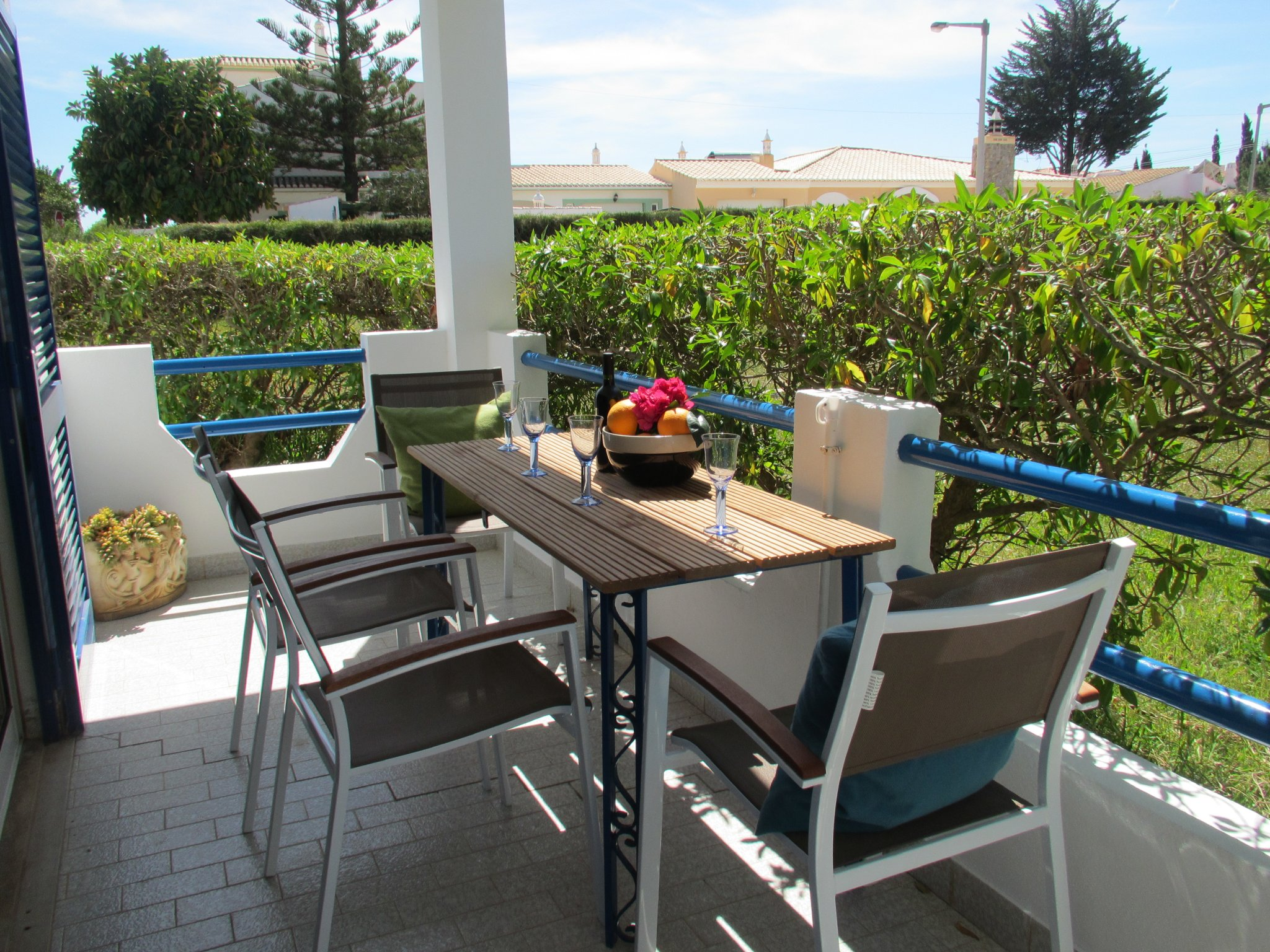 Wohnzimmer mit Balkon und offener Küche