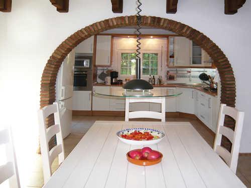 Esszimmer mit Durchgang zur Küche