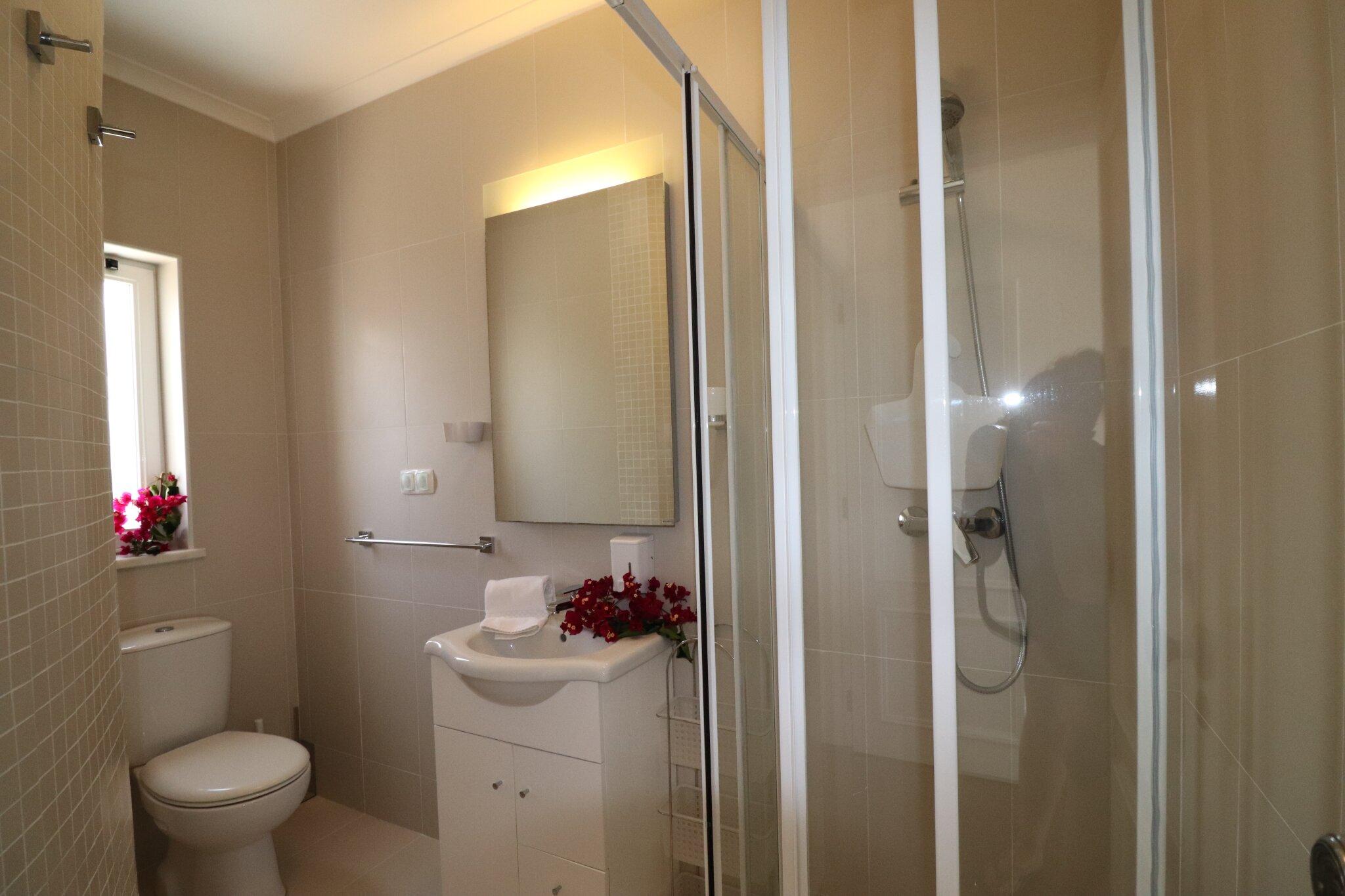 Duschbad mit Fenster ganz in weiß
