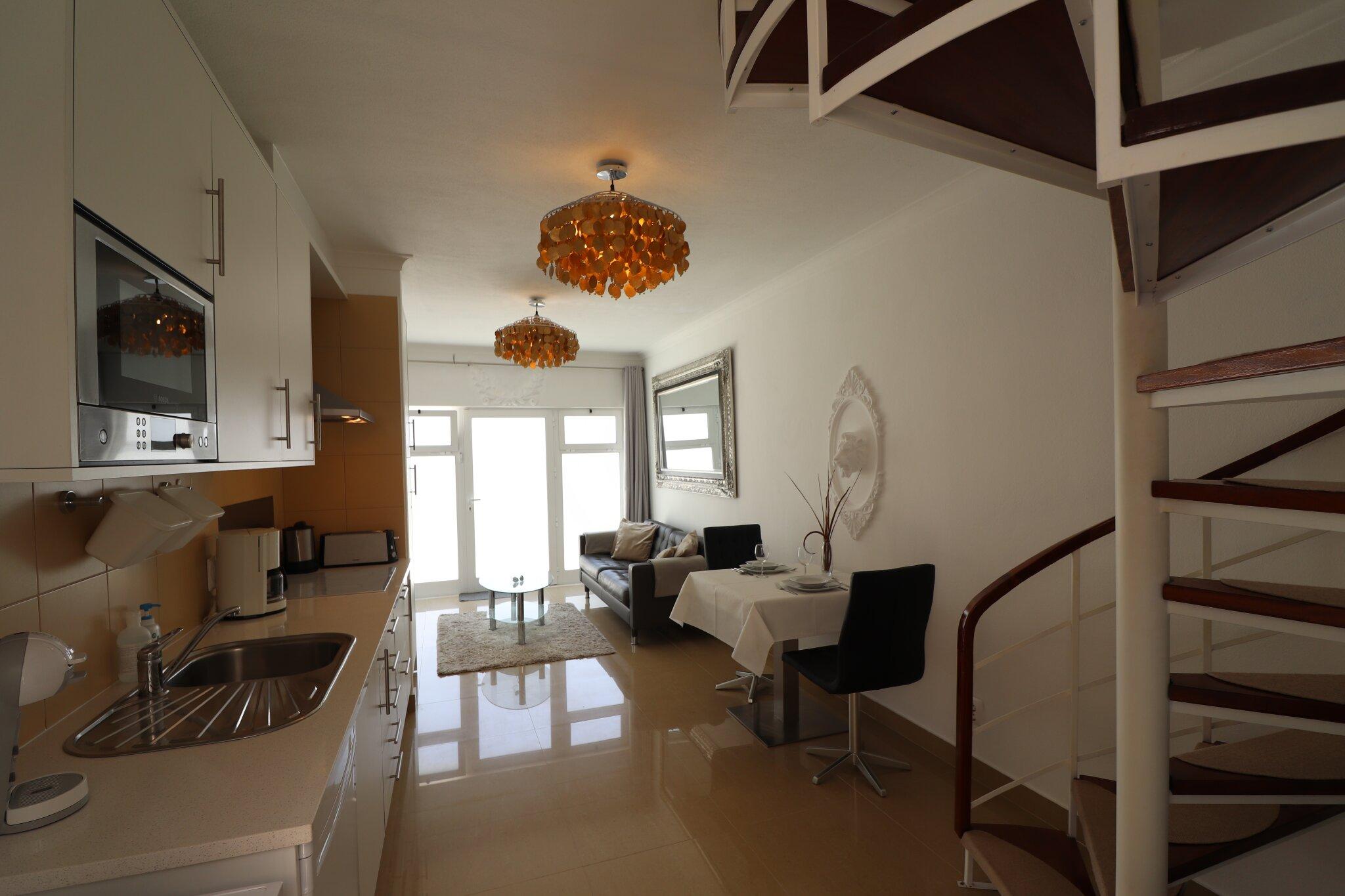 Wohnzimmer, Essbereich und Küche im EG