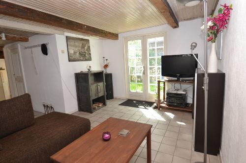Wohnzimmer mit Durchgang zum Garten