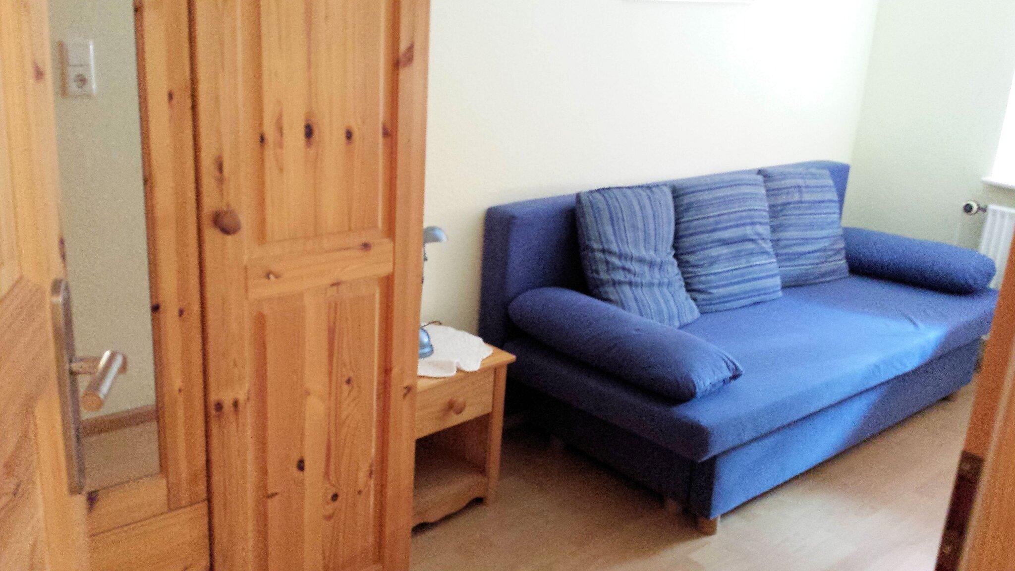 Kleines Zimmer mit ausziehbarem Schlafsofa
