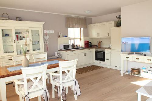 Esstisch mit Blick in die moderne Küche