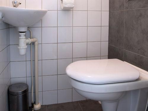 Badezimmer in dem Erdgeschoß.