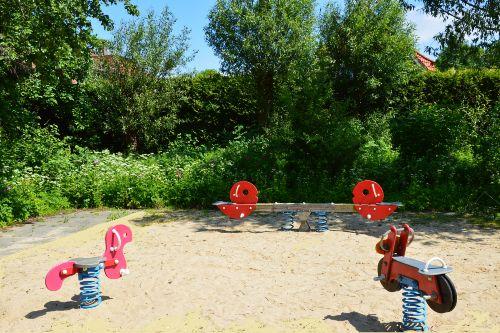 kleiner Spielplatz auf dem Weg zum Strand
