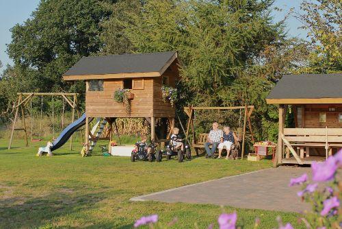 Spielhaus, Sandkiste, Grillhütte, Räder