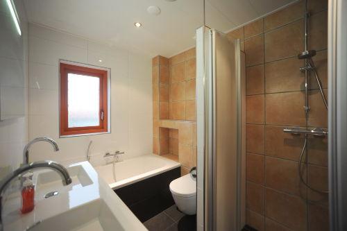 Badezimmer mit Dusche und Vollbad