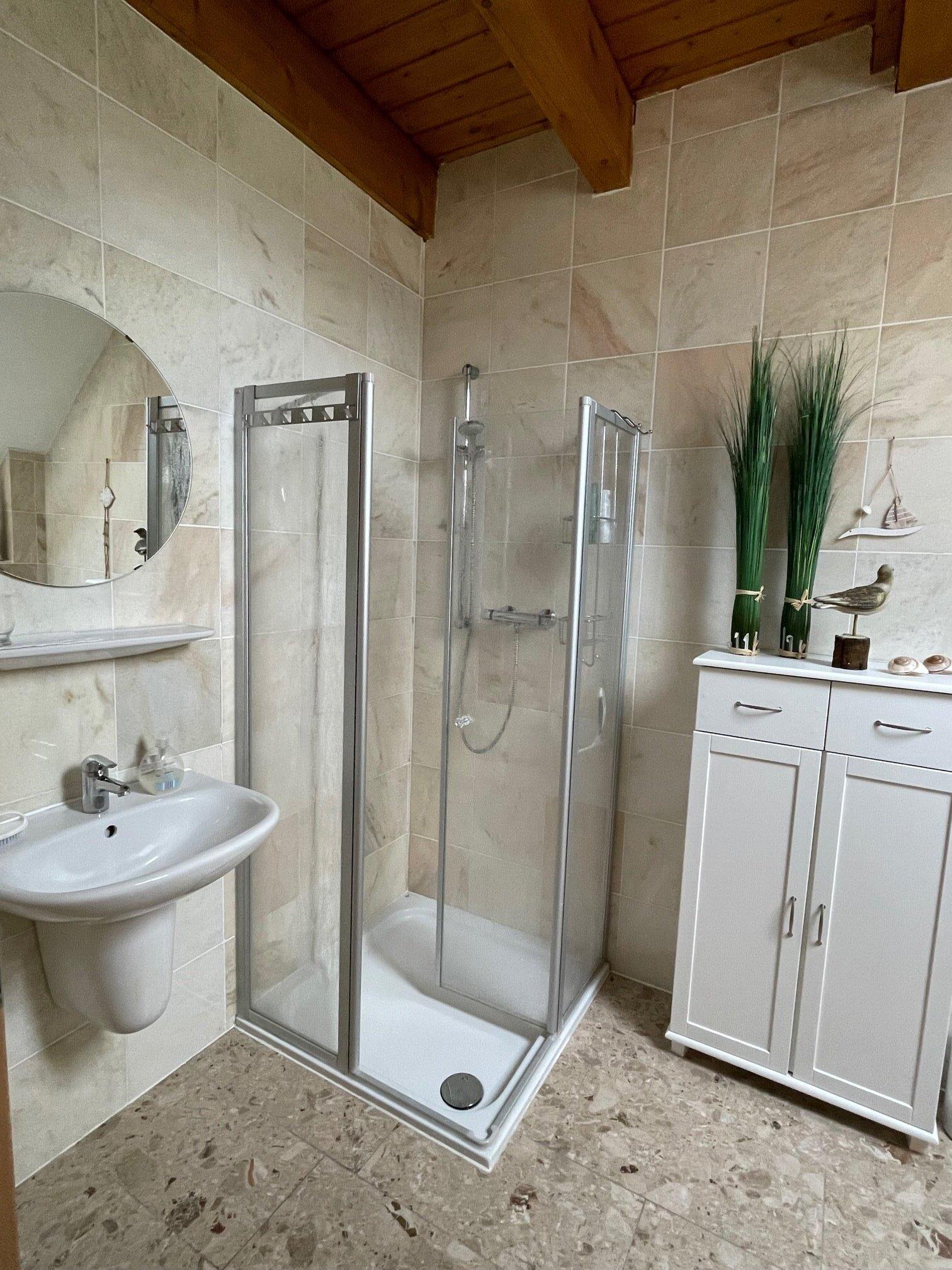 Dusche in Bad 1