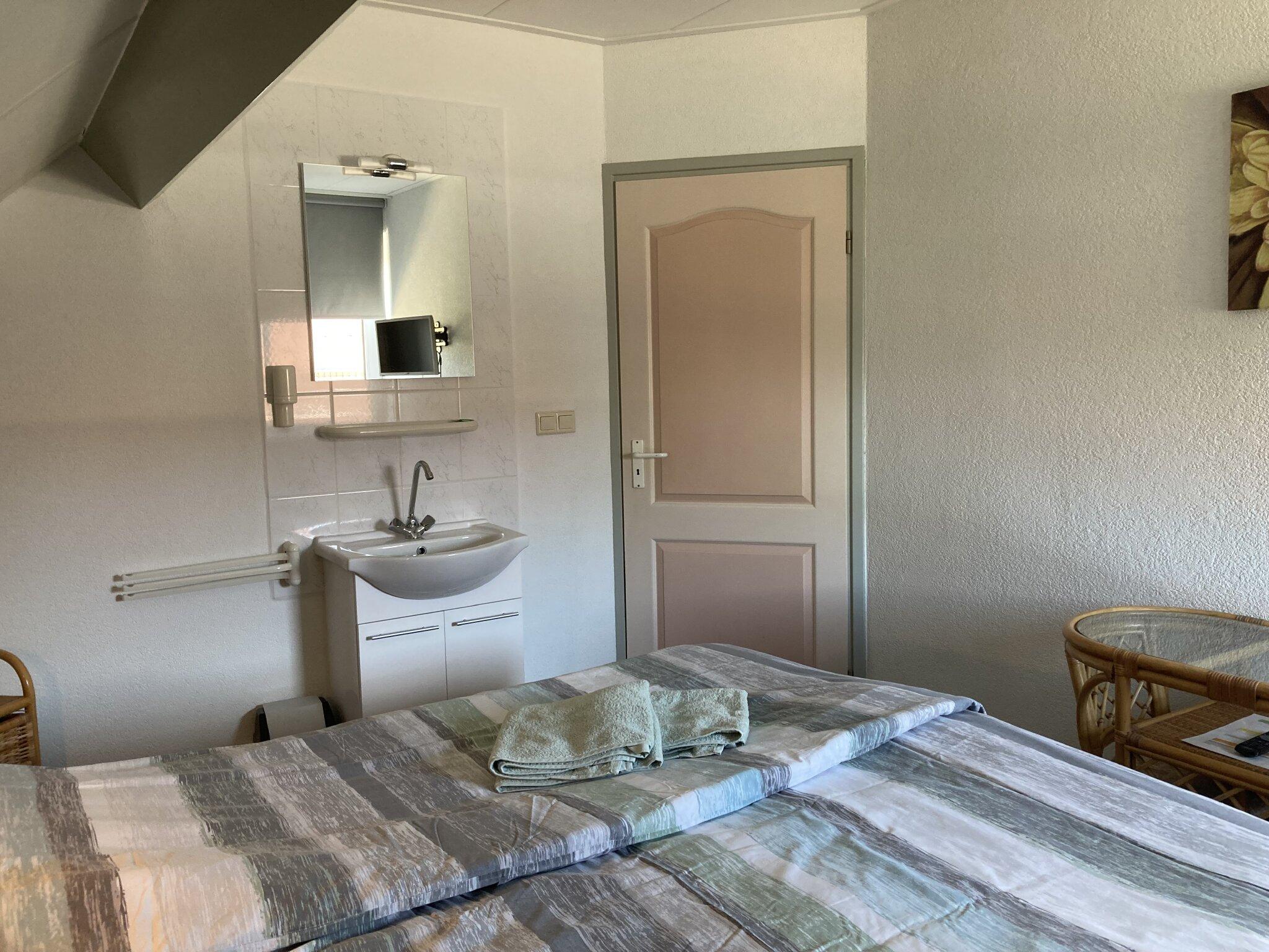 Doppelbett mit Waschbecken