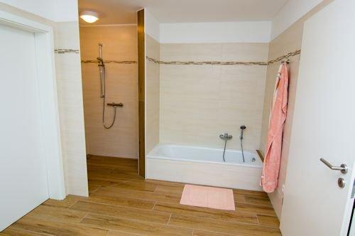 Bad EG mit Dusche und Badewanne