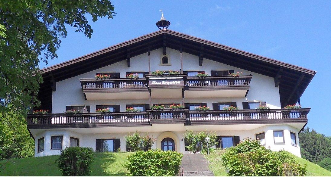 großer überdachter Balkon