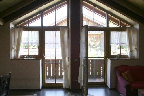 Blick Wohnzimmer zu Balkon