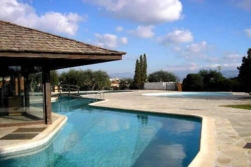 Pool mit Pool-House-Restaurant