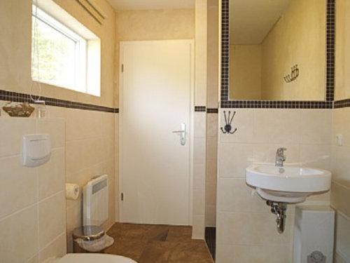 Badezimmer mit Dusche und Sauna