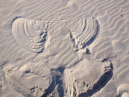 Sandengel im weißen Ostseestrand