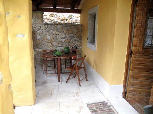 Loggia mit bedecktem Essplatz