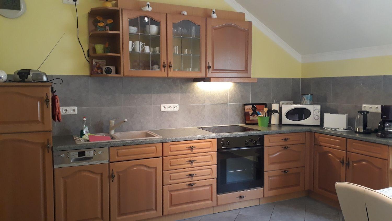 Eine große und gut ausgestattete Küche
