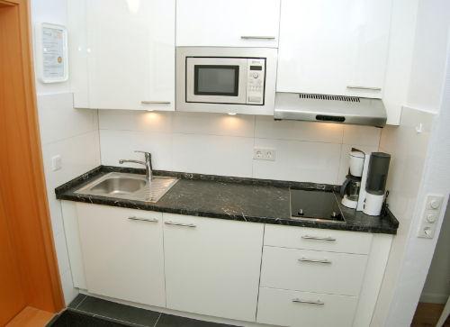 Die Küche mit dem Ceranfeld, Mikrowelle