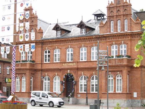 Das Rathaus von Heiligenhafen mit Markt