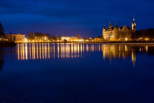 Schweriner Schlossinsel bei Nacht