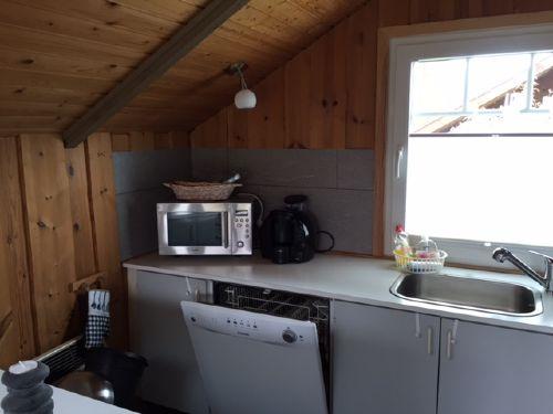 Blick in Küche mit Spülmaschine