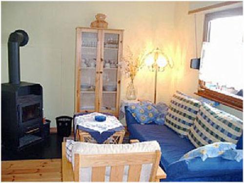 Wohnzimmer mit Schlafsofa im Sommer-Look