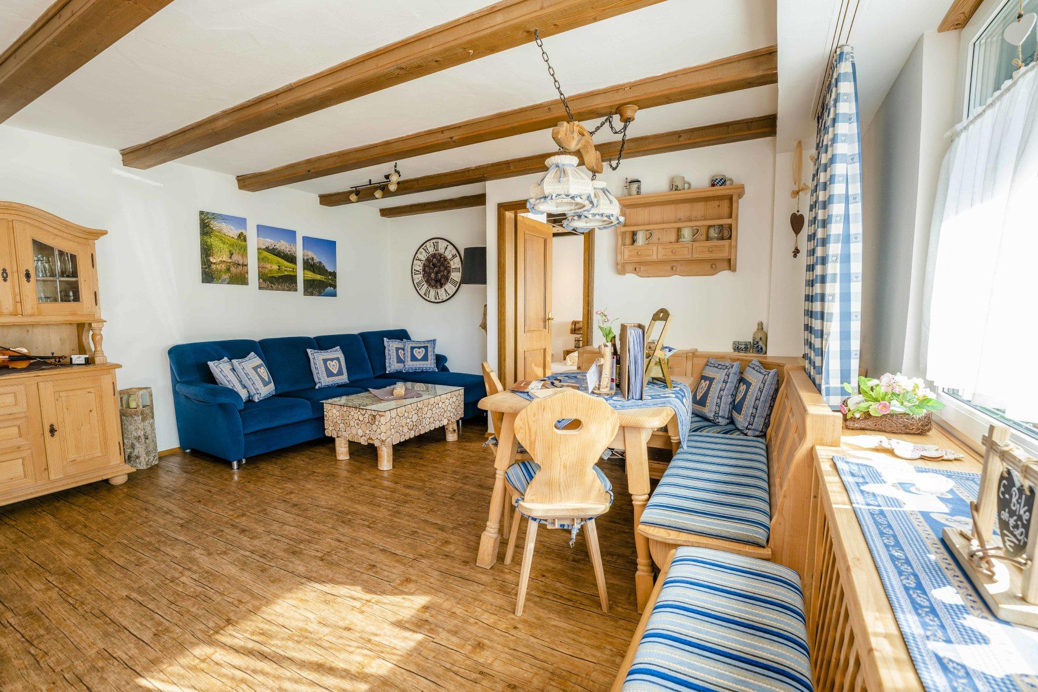 Wohnzimmer mit Eckbankgruppe und Couch