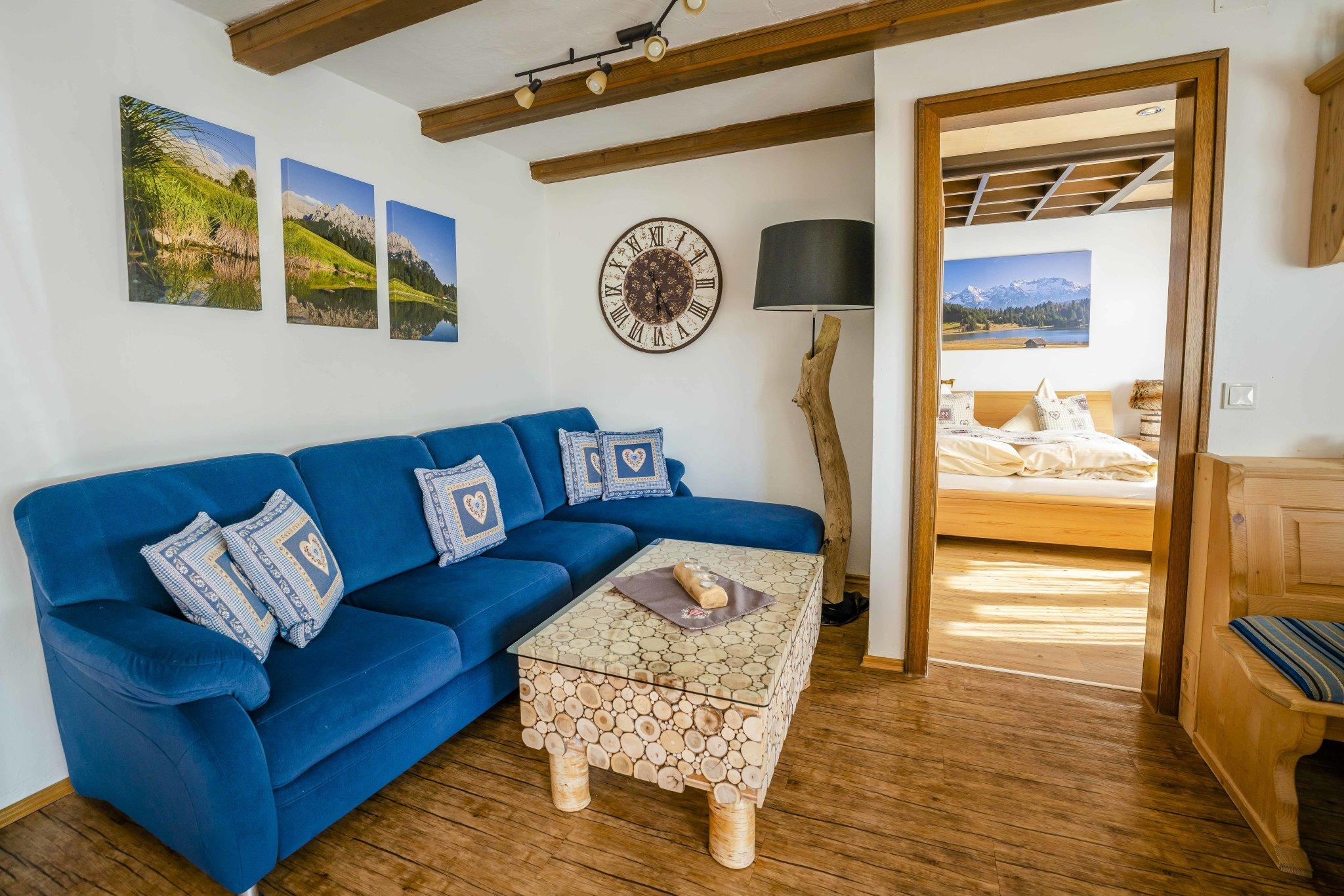 Wohnzimmer mit 3-D-Flat-TV (LAN)