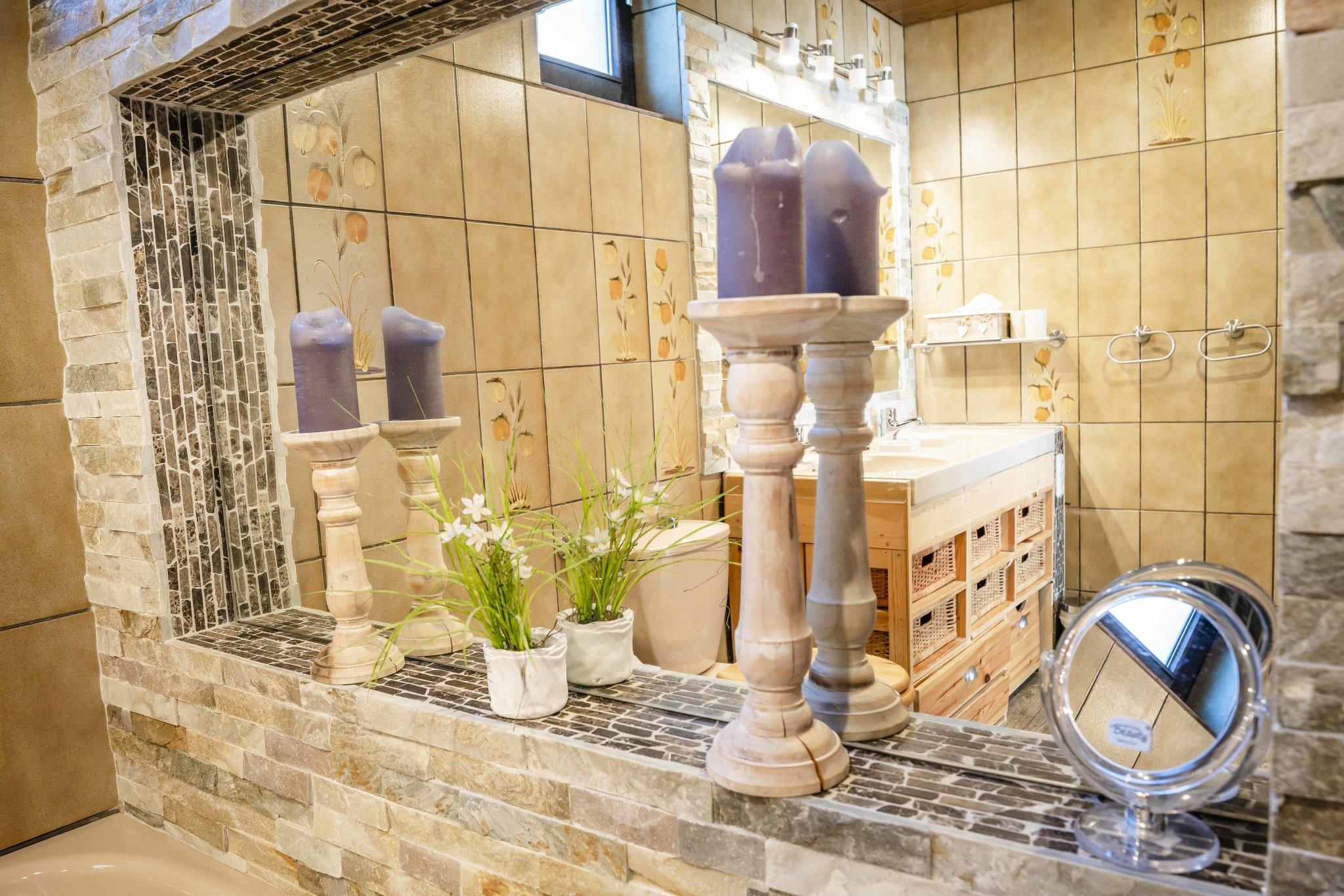 Bad mit Wanne, Dusche, Doppelwaschbecken