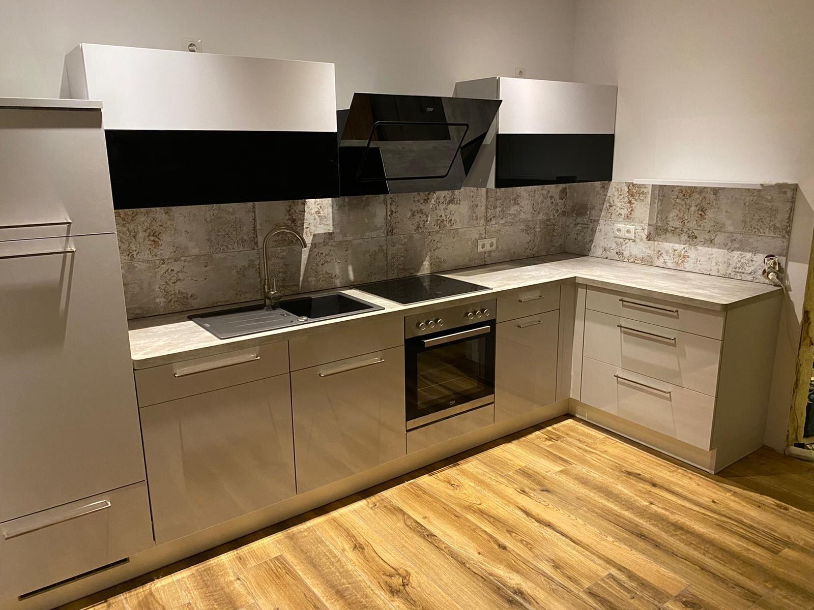 Die Küche, u.a. mit Geschirrspüler