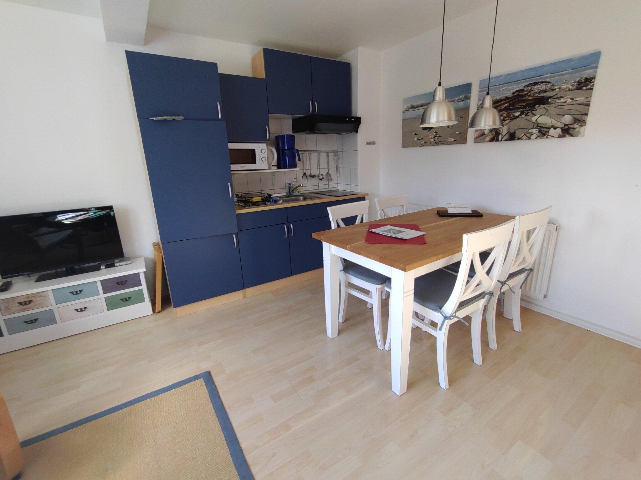 Wohnzimmer mit K�chenzeile und Esstisch