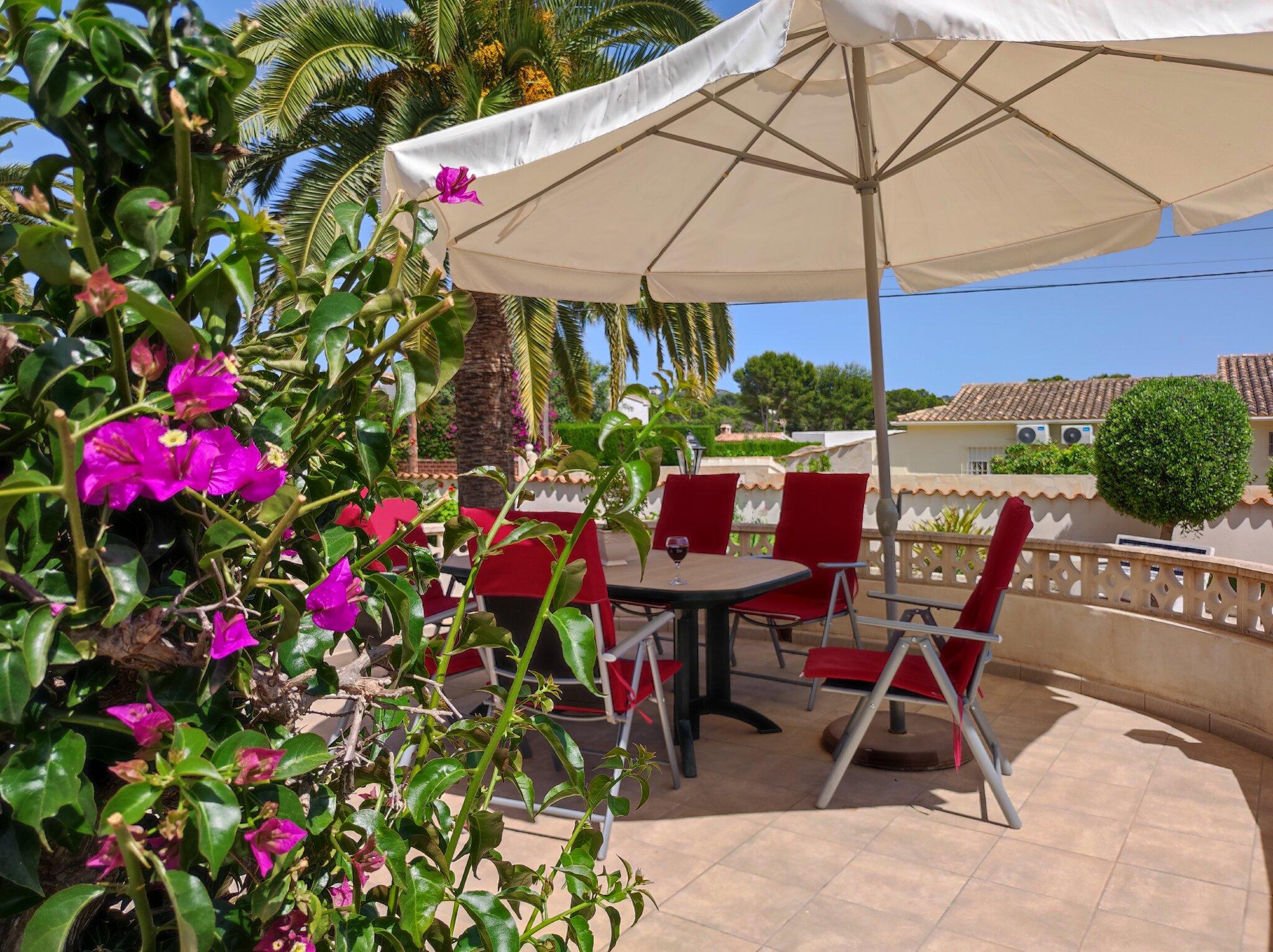 Wohnzimmer mit SatTV und Klimaanlage