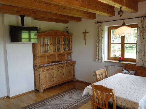 Wohnstube mit Flachbild-TV und Sitzecke