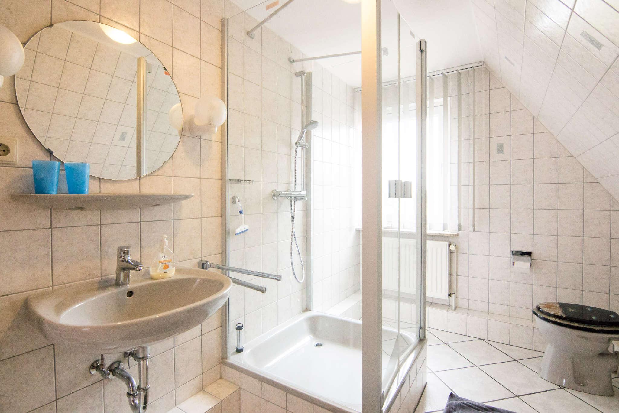 Waschbecken , Dusche, Fenster