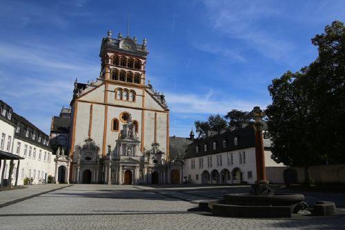 Die nahe Abteikirche St. Matthias
