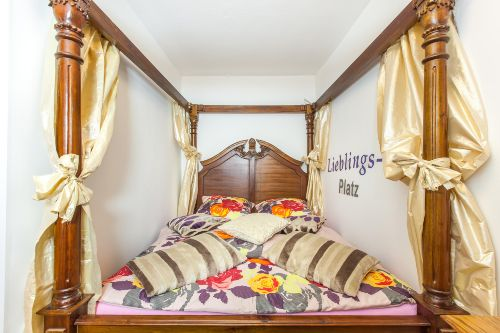 Schlafzimmer 1 mit Himmelbett 1,60 x 2,00
