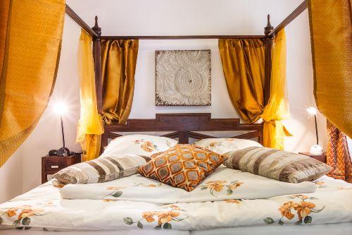 Schlafzimmer 2 mit Himmelbett 1,80 x 2,0