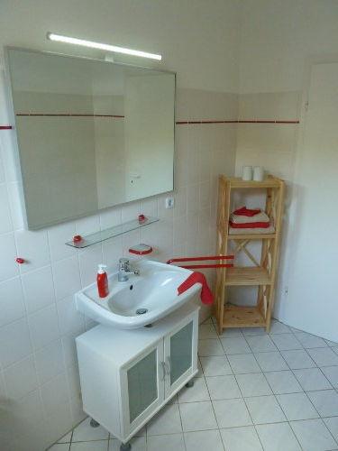 Blick auf das Waschbecken und den großen Spiegel