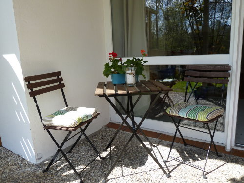 Kleine Sitzecke vor dem Eingang der Ferienwohnung