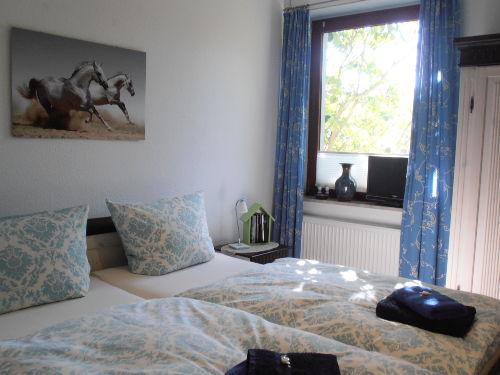 Wohnzimmer mit Essgruppe und Einzelbett