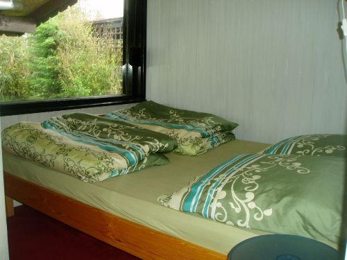 1e Schlafzimmer mit Doppelbett