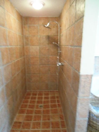 großzügige offene Dusche