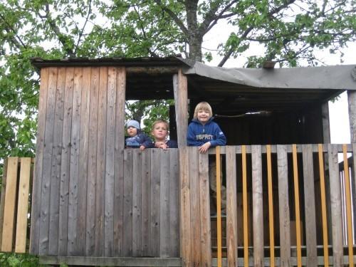 Gro�er Spielplatz mit Baumhaus
