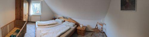 Schlafzimmer mit Kinderbettchen