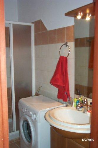 Bad mit Duschkabine und Waschmaschine