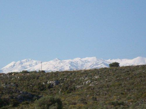 Zoom vom Balkon auf die Weissen Berge