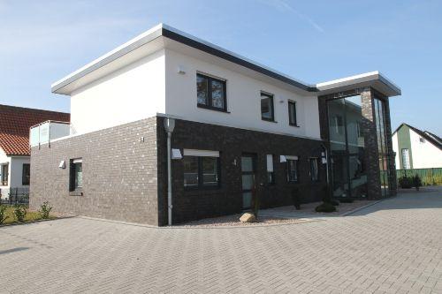 die Hausfassade und Zufahrt