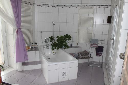 Badezimmer mit Wanne und Sauna
