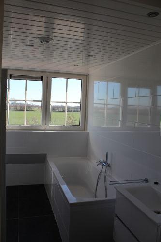 Oben ein Badezimmer mit Wanne.